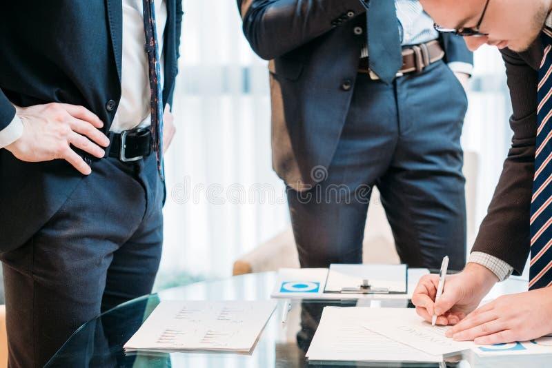 De overeenkomst van de het contractpartner van het mensenteken het sluiten royalty-vrije stock afbeelding