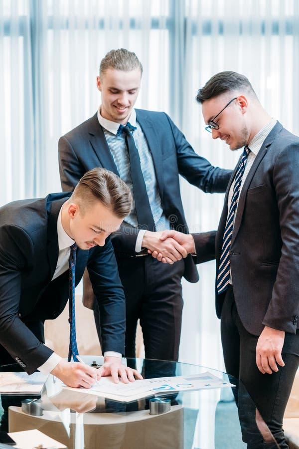De overeenkomst van de het contractpartner van het mensenteken het sluiten stock afbeeldingen