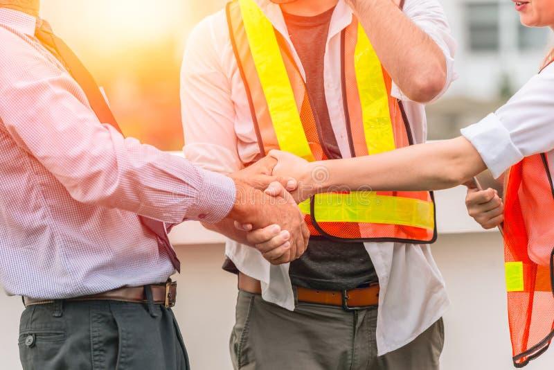 De overeenkomstenproject van ingenieursconstructor teamwork handshaking samen royalty-vrije stock foto's