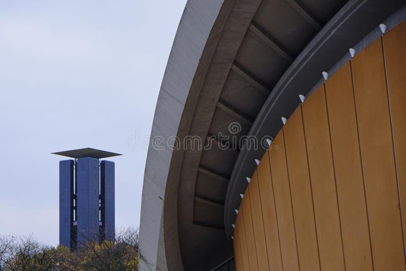 De overeenkomstzaal van Berlijn, de Rand van Haus der Kulturen der, met klokketorencarillon royalty-vrije stock foto