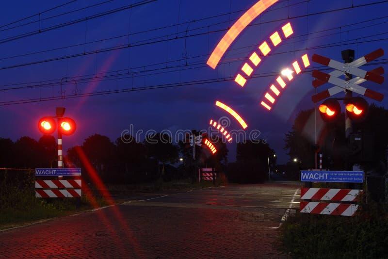 De overgang van de spoorweg in de nacht stock afbeeldingen