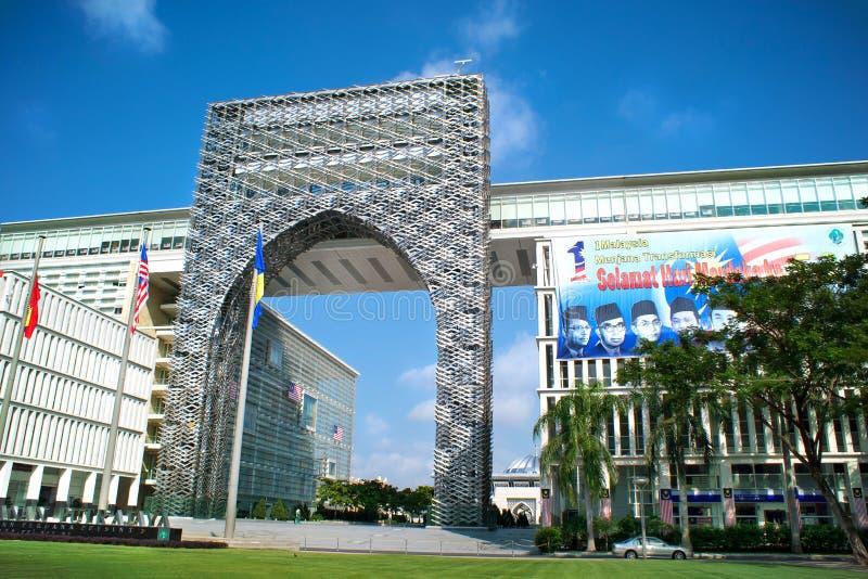De overheidsbouw bij de buitengewone boulevard Persiaran Perdana binnen stock afbeeldingen