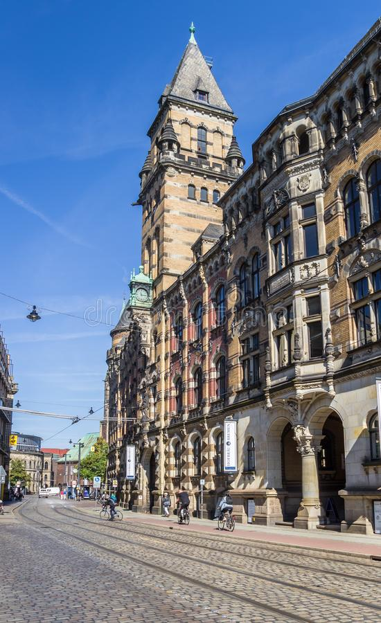 De overheidsbouw bij a cobblestoned straat in Bremen royalty-vrije stock fotografie