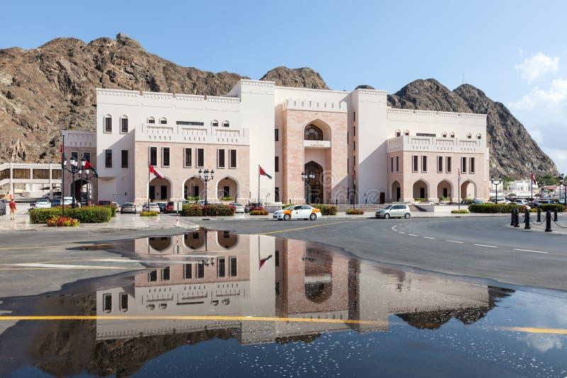 De overheidsbouw in Muscateldruif, Oman stock foto