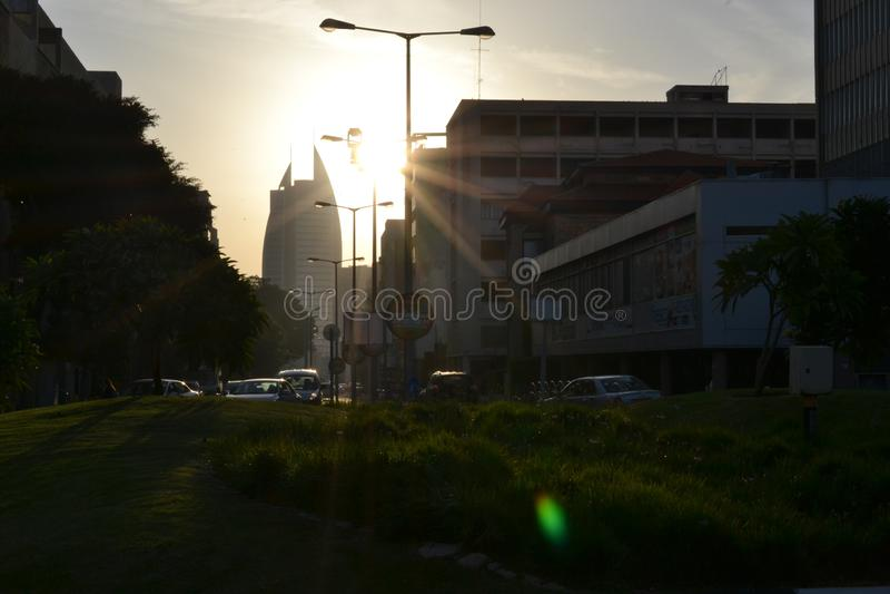 De de overheidsbouw van het zeildistrict, gemeente van de stad van Haifa, van de binnenstad, bij zonsopgang, ochtend, Israël stock foto