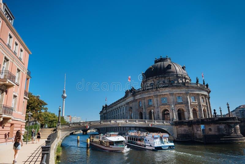 De overheidsdistrict van Berlijn met Bode museum en schip op Fuif rive royalty-vrije stock foto