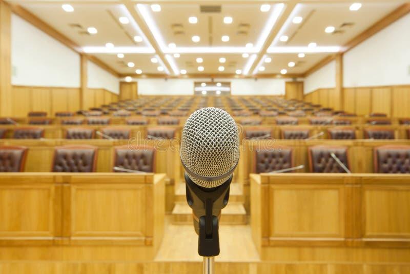 De overheidsvergaderingen van de zaal. Microfoon op centrum. royalty-vrije stock afbeelding