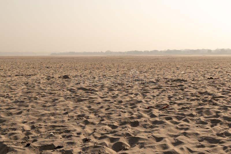 De overkant van de Ganges met zandduinen, Land van de doden, Varanasi, India stock foto's