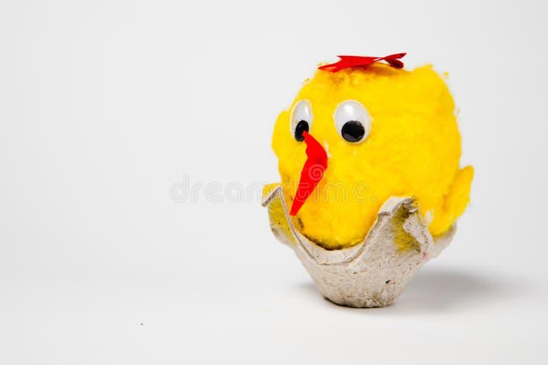 De overladen eierschalen als s-kip op een nest - hand - maakten Pasen-decoratie stock fotografie