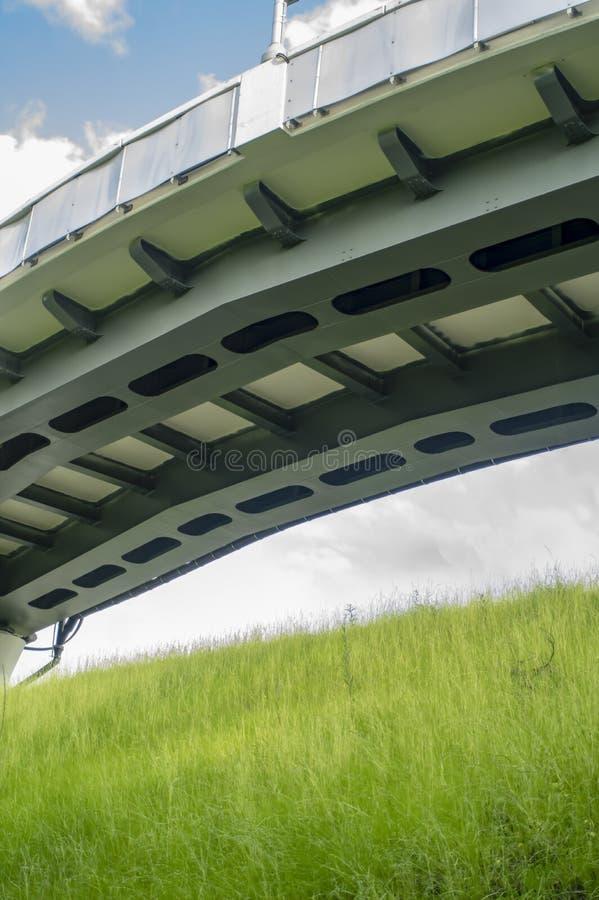 De overspannen brug over palm voerde weg met het voet lopen op duidelijke perfecte blauwe dag stock foto's