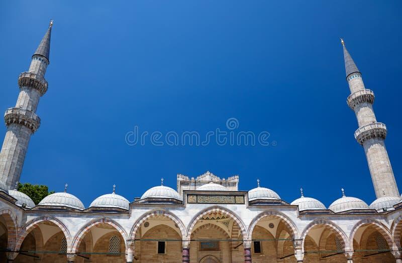 De overspannen galerij met twee minaretten De Moskee van Suleymaniye stock afbeeldingen