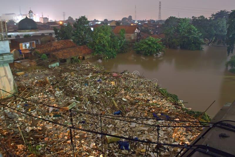 De overstroming van Djakarta stock afbeeldingen