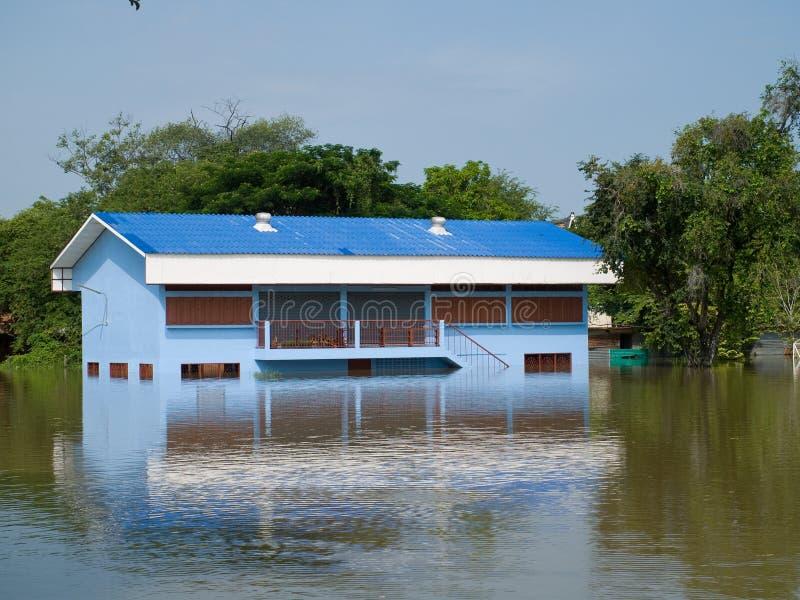 De overstroomde schoolbouw in Ayuttaya, Thailand royalty-vrije stock foto