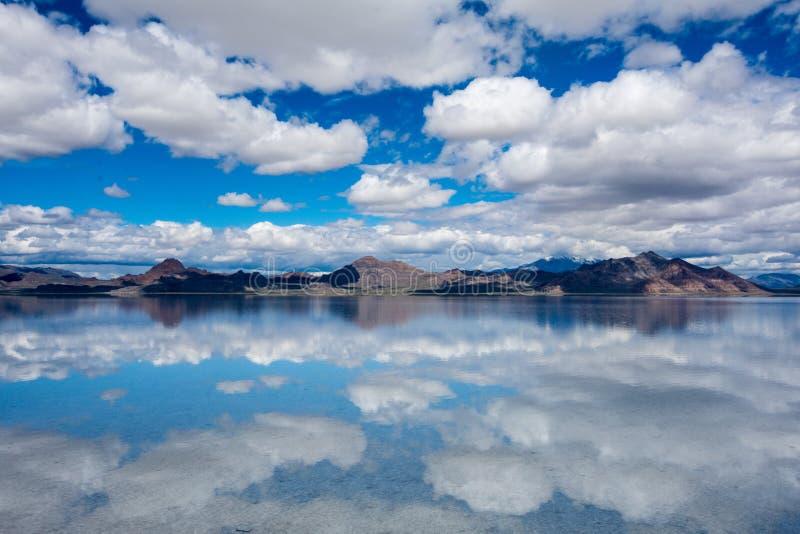 De overstroomde Zoute Vlakten van Bonneville in Utah leiden tot een scène van de spiegelbezinning op het water, dreamscape zoals  royalty-vrije stock afbeeldingen