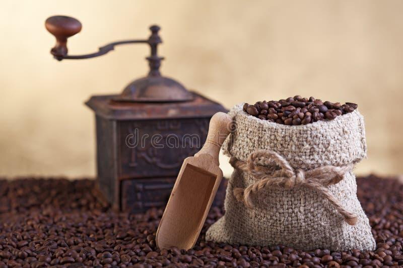 De overvloed van koffiebonen stock afbeelding