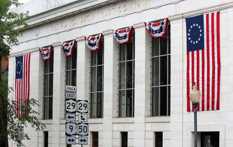 De overweldigende architectuur maakte van het witte marmer van Vermont, met Amerikaanse die vlaggen over voorgevel worden gedrape royalty-vrije stock fotografie