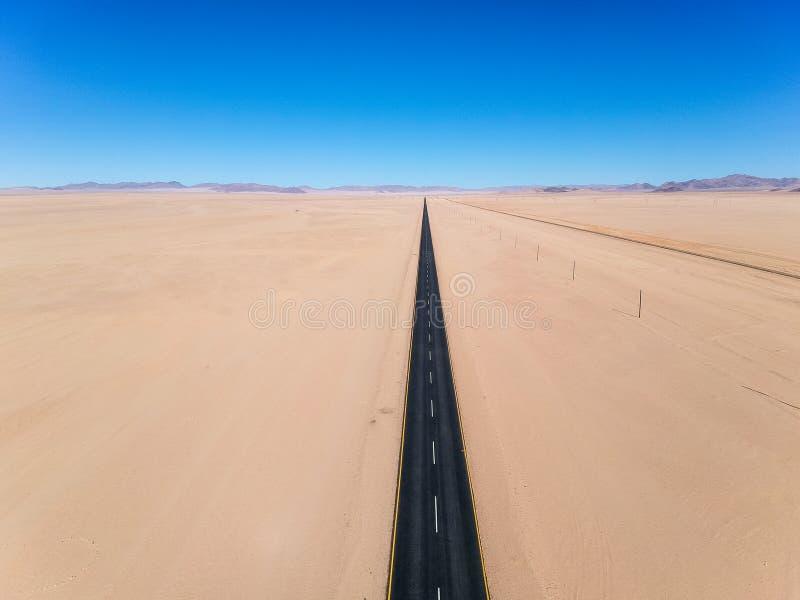 De overweldigende brede mening van de hoek luchthommel van de B4 woestijnweg en een treinlijn tussen LÃ ¼ deritz en Keetmanshoop stock afbeelding