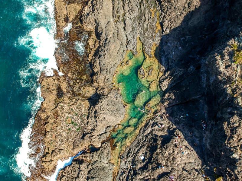 De overweldigende brede mening van de hoek luchthommel van de Pools van de Meerminrots en de oceaangolven bij Matapouri-Baai dich stock afbeeldingen