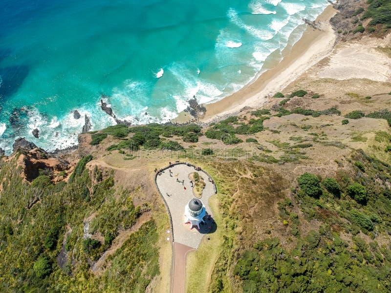 De overweldigende brede mening van de hoek luchthommel van de Vuurtoren van Kaapreinga bij Kaap Reinga stock foto