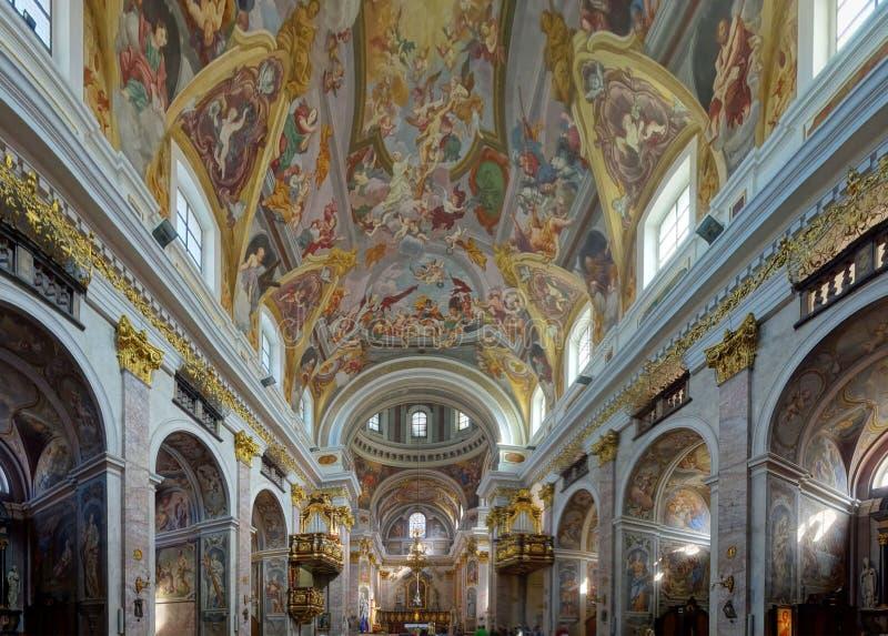 De overweldigende plafondfresko's en verguld veranderen van de Kerk van Sinterklaas royalty-vrije stock foto's