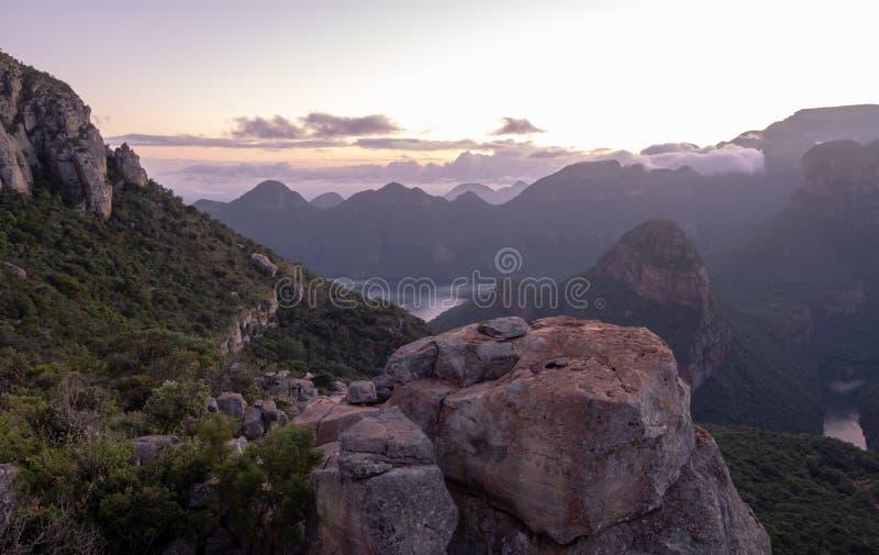 De overweldigende vroege ochtendmening van de Blyde-Riviercanion riep ook de Motlatse-Canion, de Panoramaroute, Mpumalanga, Zuide royalty-vrije stock foto