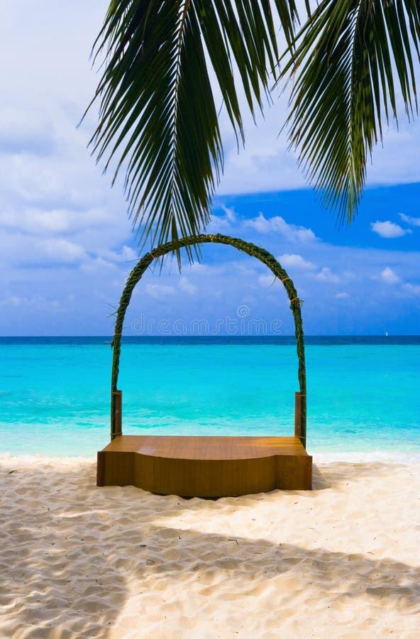 De overwelfde galerij van het huwelijk bij tropisch strand royalty-vrije stock afbeelding