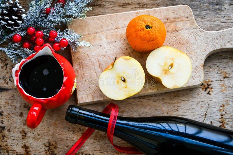 De overwogen ingrediënten van het wijnrecept royalty-vrije stock fotografie