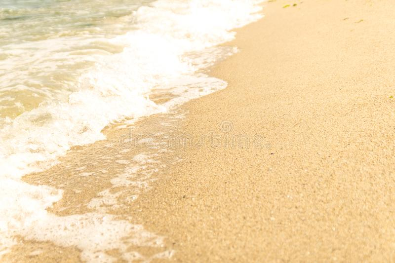 De overzeese golven wassen het zandige strand Selectieve nadruk stock afbeelding
