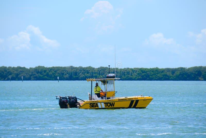 De overzeese kapitein van Tow Boat Towing Service op vraag stock afbeeldingen