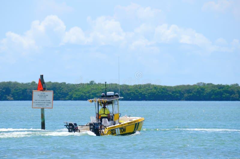 De overzeese kapitein van Tow Boat Towing Service op vraag royalty-vrije stock fotografie