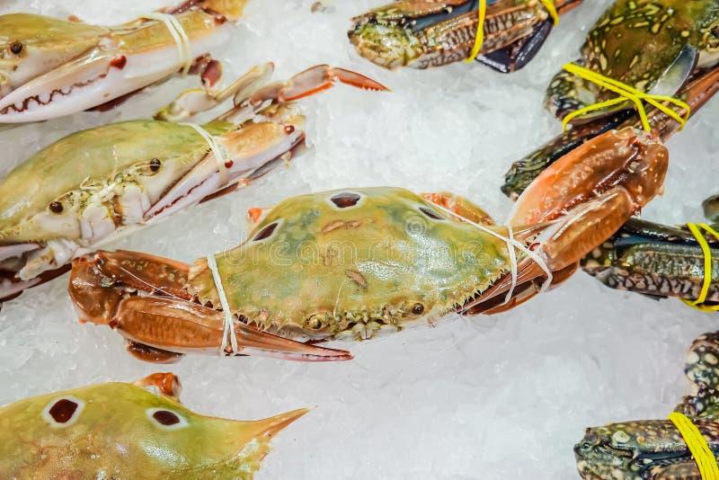 De overzeese krab grote grootte wordt en verkocht in supermarkten stock foto's