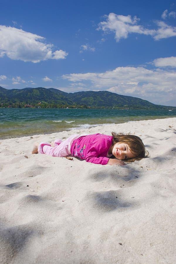 De overzeese kust van het meisje en royalty-vrije stock afbeelding