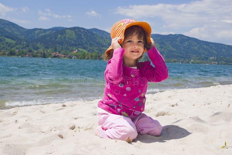 De overzeese kust van het meisje en royalty-vrije stock foto