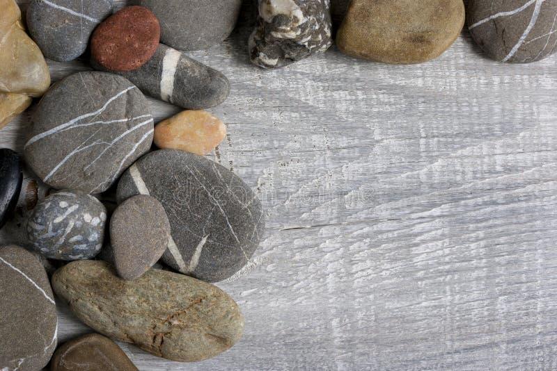 De overzeese stenen liggen op de raad royalty-vrije stock afbeelding