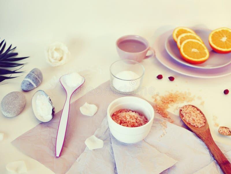 De overzeese zoute, gesneden sinaasappel †‹â€ ‹, de overzeese stenen en shells, water op een heldere lijst, ingrediënten voor e stock afbeelding