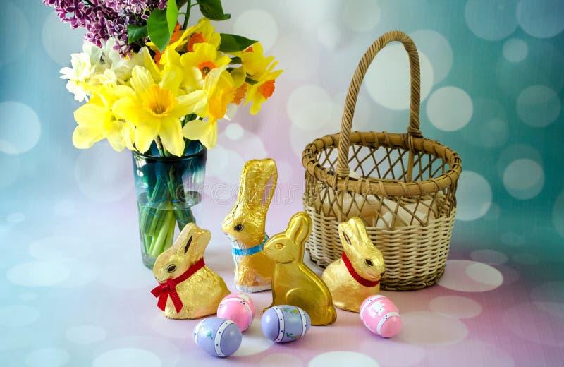 De Pâques toujours la vie avec les lapins d'or de chocolat image libre de droits