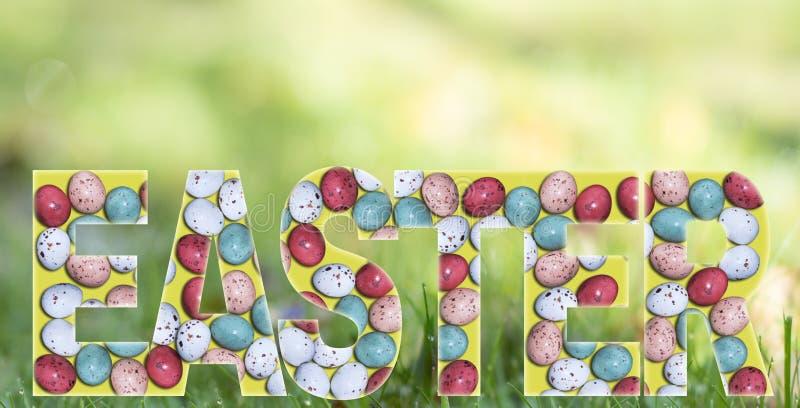 ` De Pâques de ` de Word/lettres, carte de voeux avec les oeufs de pâques colorés colorés sur un fond vert jaunâtre de ressort image stock