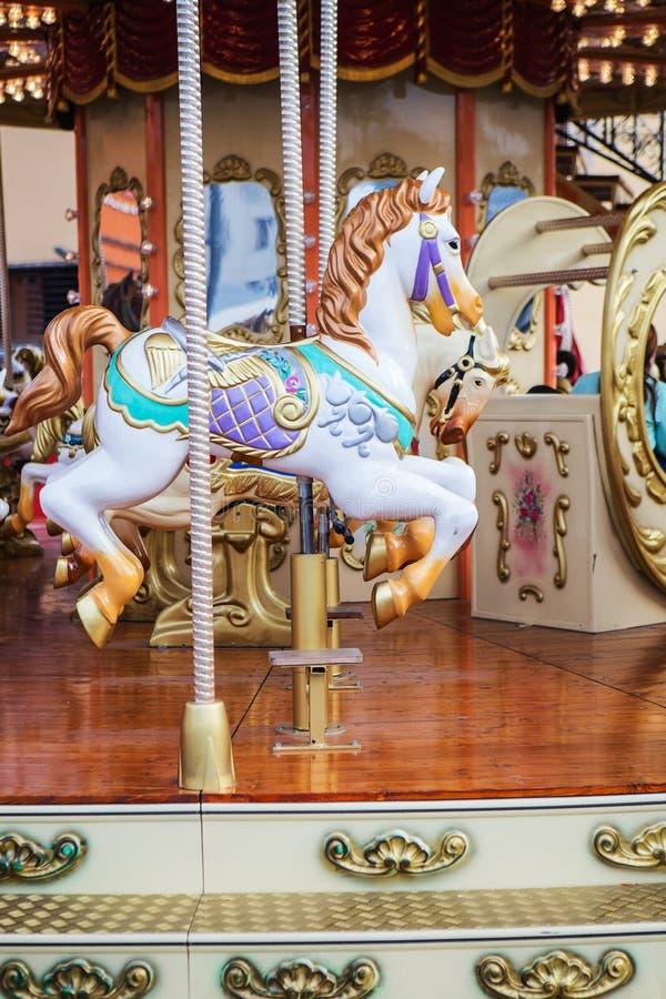 De paarden op Vrolijk Carnaval gaan rond royalty-vrije stock fotografie