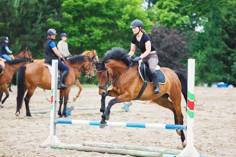 De paardruiter leidt in de arena op stock fotografie