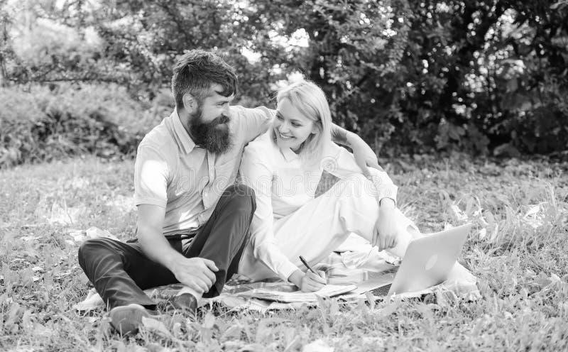 De paarjeugd besteedt vrije tijd in openlucht werkend met laptop Paar in liefde of freelance familie het werk Moderne online zake royalty-vrije stock foto