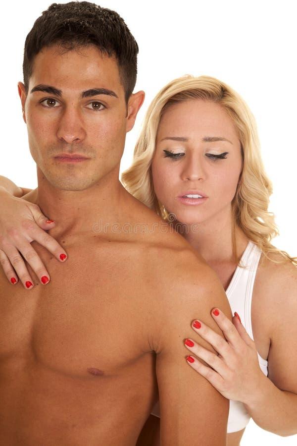 De paarman geen hand van de overhemdsvrouw op zijn borst kijkt neer royalty-vrije stock afbeelding