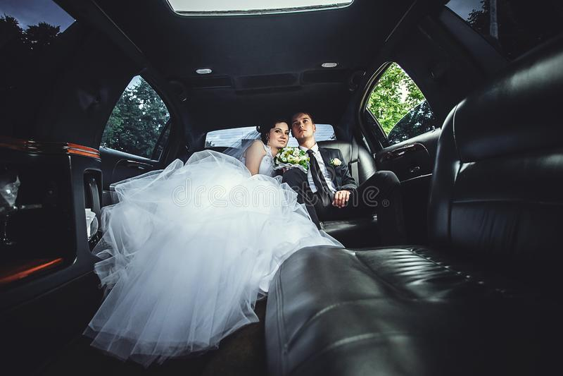 De paarzitting in limo Portret van een mooi jong paar dat rond de stad berijdt royalty-vrije stock foto's