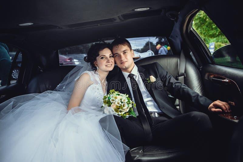 De paarzitting in limo Portret van een mooi jong paar dat rond de stad berijdt royalty-vrije stock afbeelding