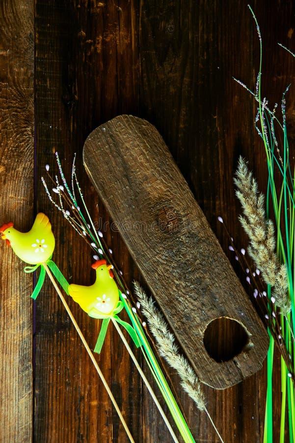 De paaseieren troffen voor het verven in uienschillen voorbereidingen, verfraaiden met natuurlijke verse bladeren, installaties,  stock afbeeldingen
