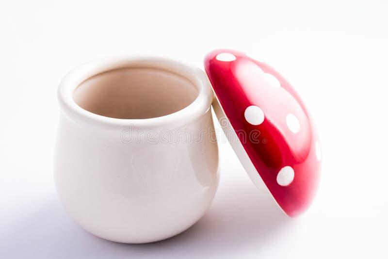 De paddestoel van amanietmuscaria van ceramisch wordt gemaakt die: grappige container voor s royalty-vrije stock afbeelding