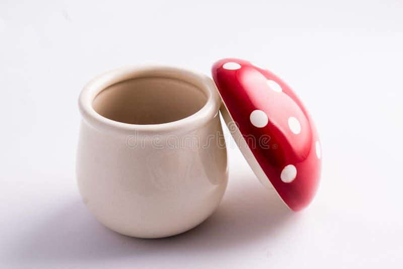 De paddestoel van amanietmuscaria van ceramisch wordt gemaakt die: grappige container voor s royalty-vrije stock foto
