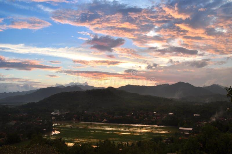 De padievelden van de zonsondergangberg stock afbeeldingen