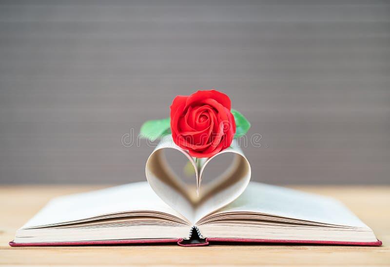 De pagina's van boek gebogen hartvorm en rood namen toe royalty-vrije stock afbeelding