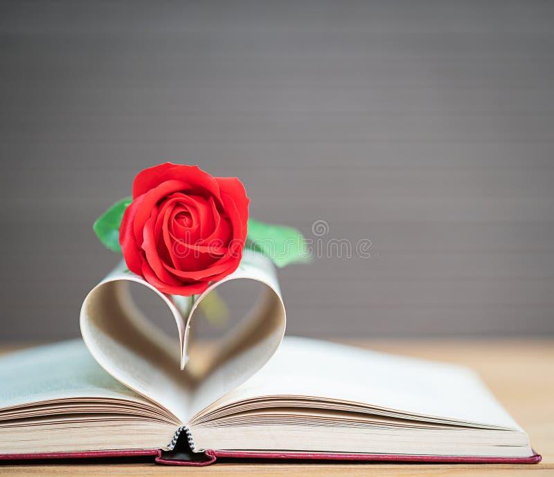 De pagina's van boek gebogen hartvorm en rood namen toe royalty-vrije stock fotografie