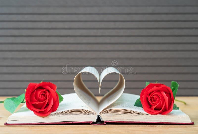 De pagina's van boek gebogen hartvorm en rood namen toe royalty-vrije stock foto's